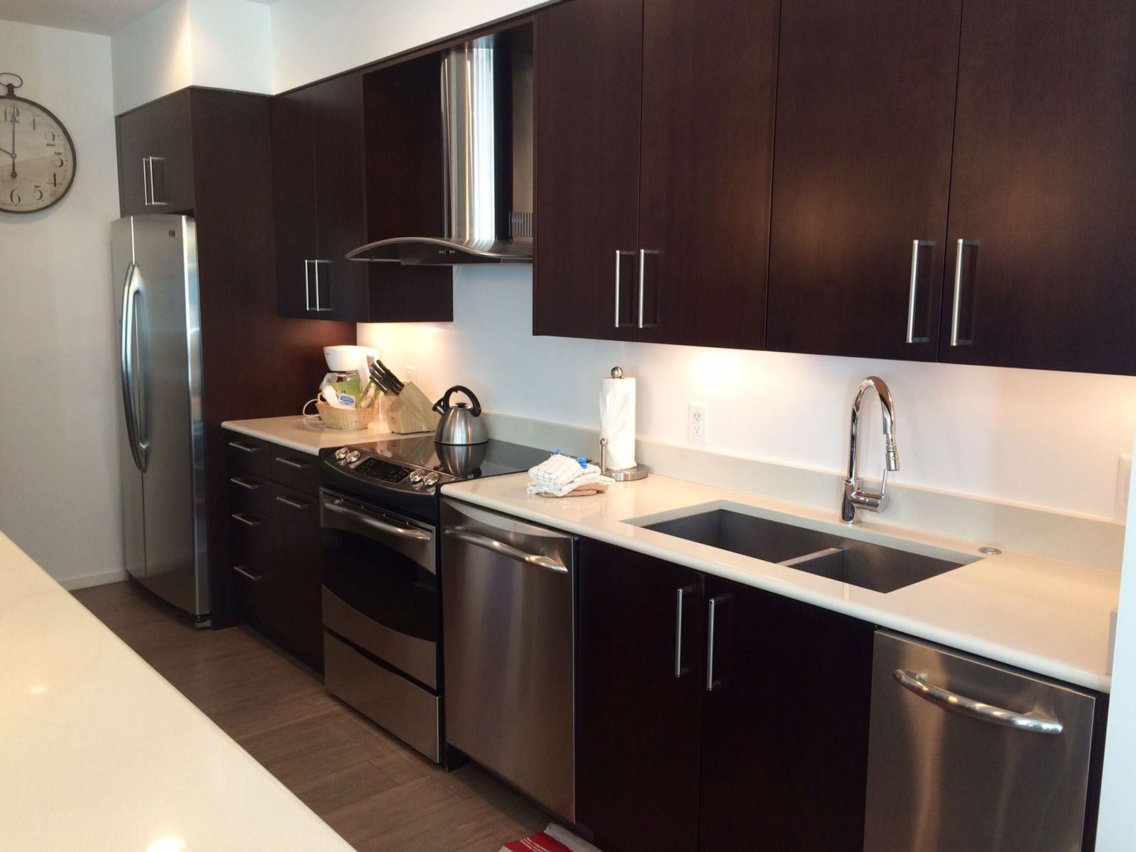 3BPlat_kitchen with dark cabinets but white countertops