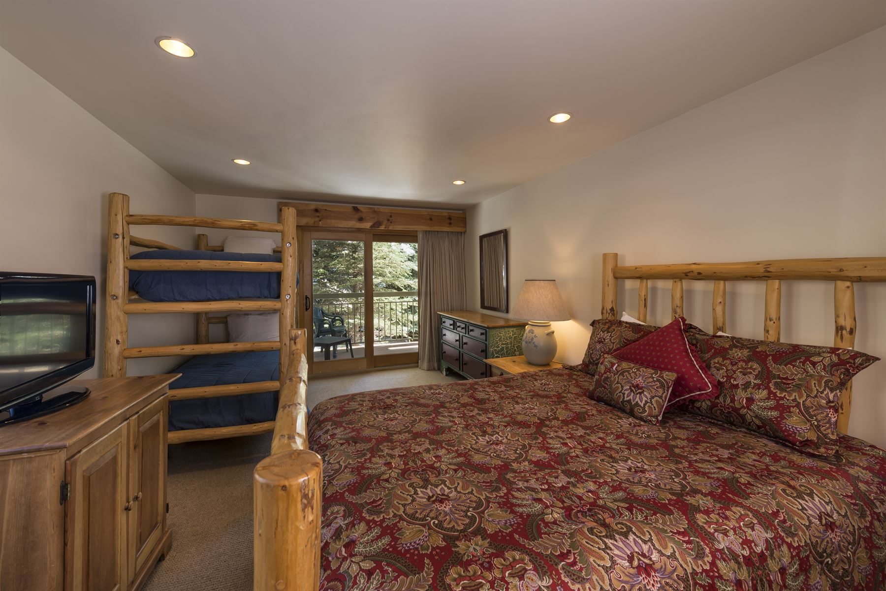 4BGold_Bedroom with Queen bed and Twin bunk bed
